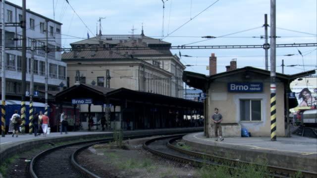 vídeos y material grabado en eventos de stock de people waiting on platform at train station. available in hd - república checa