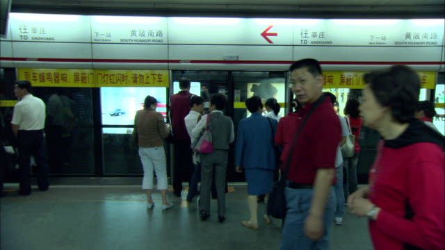 ws people waiting on subway platform, shanghai, china - bahnreisender stock-videos und b-roll-filmmaterial