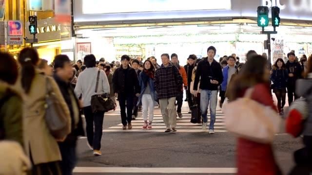 信号を待つ人々 - 商業地域点の映像素材/bロール