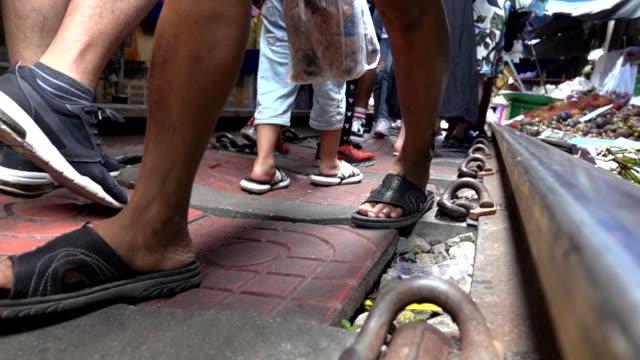 vídeos de stock, filmes e b-roll de pessoas acordando em slow motion ferroviário, mae klong railway market - feirante