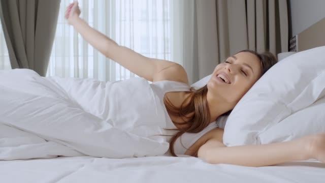 vídeos y material grabado en eventos de stock de la gente despertando estancia en casa.  joven abre los ojos en una mañana soleada - chica adolescente