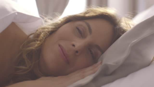 Pessoas acordar-Jovem mulher abre os olhos em uma manhã de sol