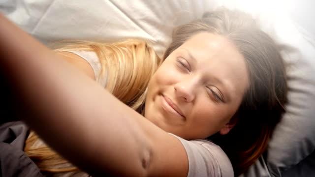 Persone svegliarsi-giovane donna apre i suoi occhi in una bella mattina