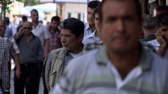 ms people waliking on street / sulaymaniyah, kurdistan, iraq - イラク点の映像素材/bロール
