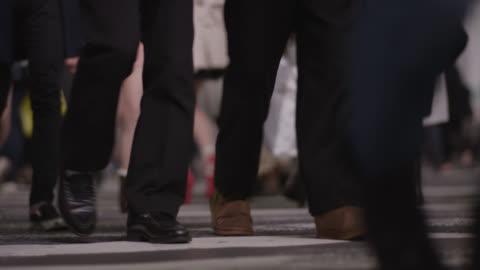 vídeos y material grabado en eventos de stock de people walk across shibuya crossing in tokyo. - paso peatonal vías públicas