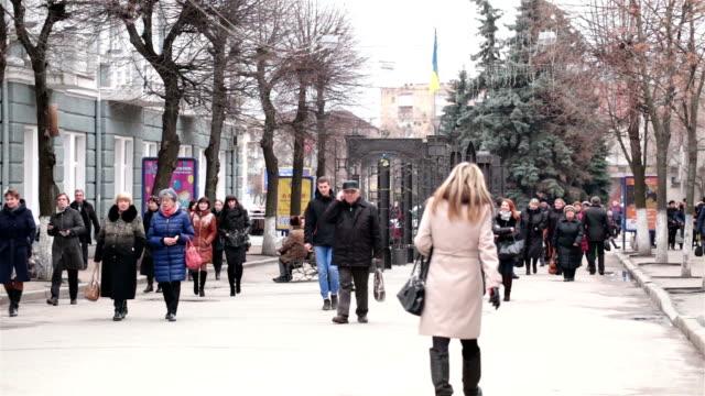 vídeos y material grabado en eventos de stock de gente caminando por la calle de la ciudad de ucrania. - moneda de veinticinco céntimos