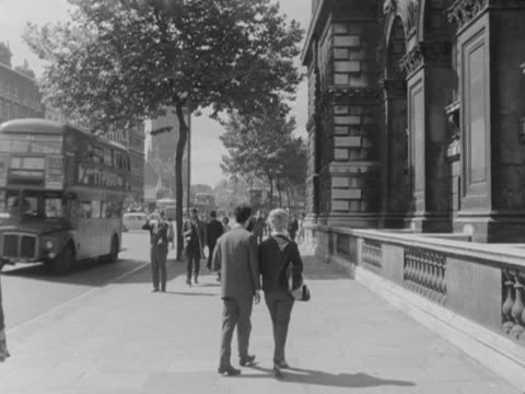 people walk along whitehall towards the houses of parliament - ロンドン ホワイトホール点の映像素材/bロール