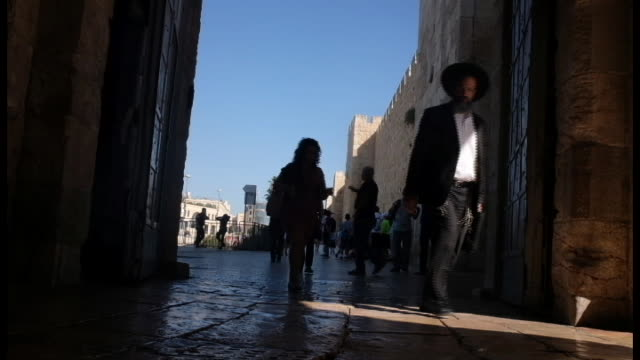 people walk at jaffa gate on july 18, 2018 in jerusalem old city, israel. - gerusalemme est video stock e b–roll