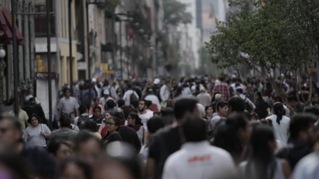 vídeos y material grabado en eventos de stock de people walk in mexico city, slow motion - grupo organizado