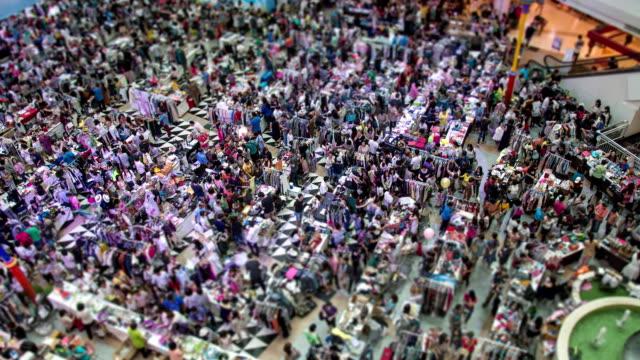 Aufsicht auf die Menschen zu Fuß im die Einkaufszentrum