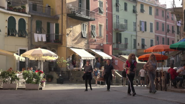 vidéos et rushes de people walk in street in italian village vernazza - place