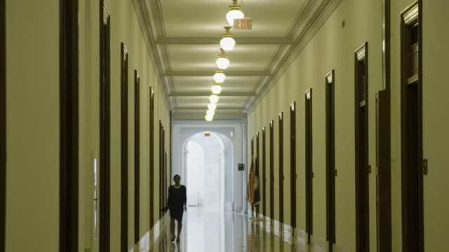 vídeos de stock e filmes b-roll de people walk in the hallway of the us capitol building - washington dc