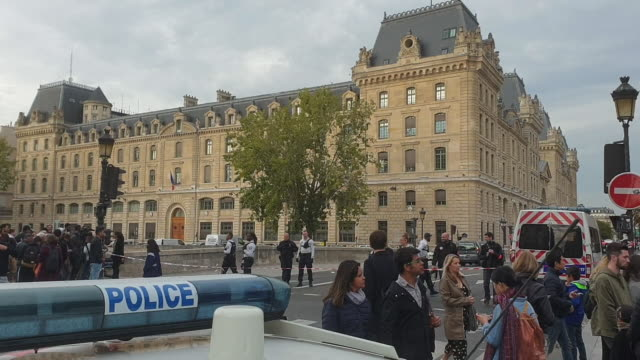 vidéos et rushes de people walk in the streets near paris police headquarters after four officers were killed in a knife attack on october 3, 2019 in paris, france. a... - lieux géographiques
