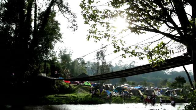Personnes de marche sur un pont de corde national park