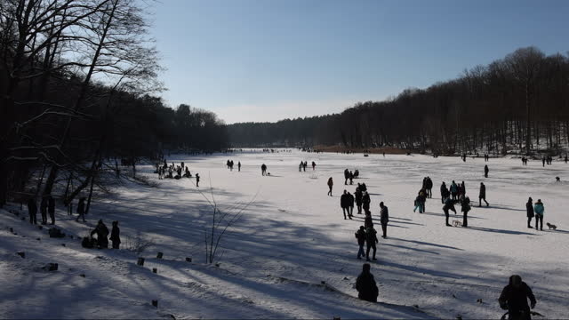 people walk on frozen krumme lanke lake in zehlendorf district on valentine's day during the second wave of the coronavirus pandemic on february 14,... - stillastående vatten bildbanksvideor och videomaterial från bakom kulisserna