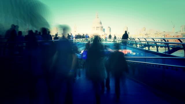 vídeos y material grabado en eventos de stock de gente caminando por el puente del milenio - tilt shift