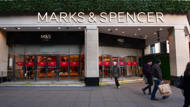 vídeos y material grabado en eventos de stock de people walk past a branch of marks and spencer in oxford street on november 7, 2016 in london, england. british high street retailer marks and... - finanzas y economía