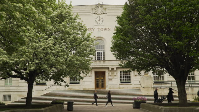 vidéos et rushes de people walk past hackney town hall, london - hackney