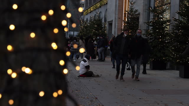 vídeos de stock e filmes b-roll de people walk past kadewe department store, which is decorated with christmas lights, during the coronavirus pandemic on november 25, 2020 in berlin,... - enfeitar a árvore de natal