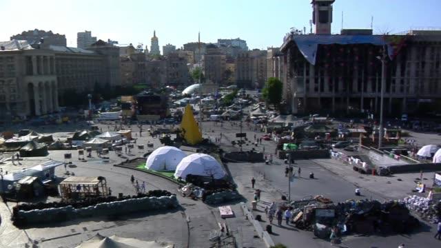 vídeos de stock e filmes b-roll de people walk through maidan in kiev during spring of 2014. - ucrânia bandeira