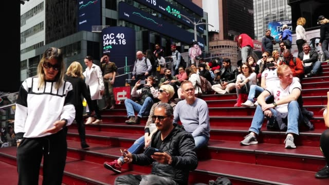 vídeos de stock e filmes b-roll de people walk through the tourist district of times square on april 24, 2018 in new york city. marking the eighth consecutive year of growth, new york... - painel publicitário eletrónico
