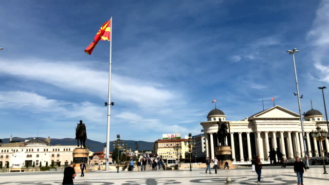 vídeos de stock, filmes e b-roll de people walk under a large macedonian flag on september 28 2018 in skopje macedonia macedonians will go to the polls sunday to vote in a referendum to... - república da macedônia