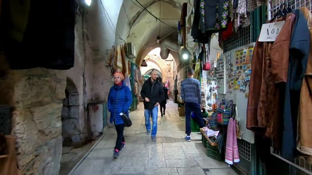 vídeos de stock, filmes e b-roll de people walking along al wad in the old city of east jerusalem which israelis call hagai street a main commercial street which is an important access... - israel