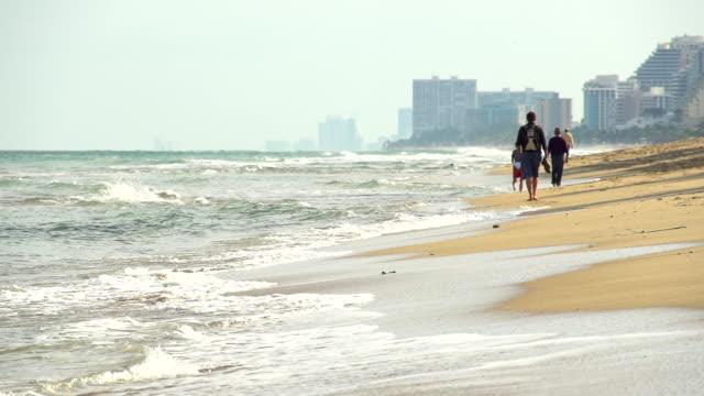 vídeos de stock, filmes e b-roll de super câmera hd-seg: pessoas caminhando ao longo da praia da flórida - acampamento de férias