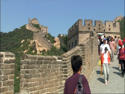 people walking along great wall of china, zoom out, badaling, china - badaling great wall stock videos & royalty-free footage