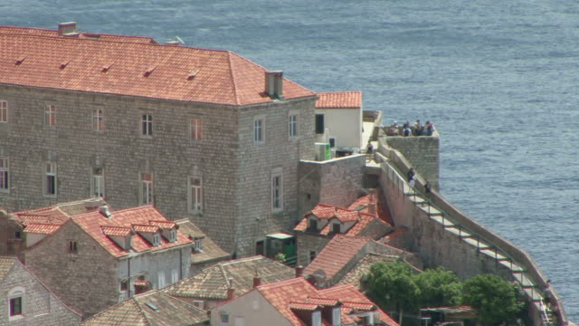 vidéos et rushes de ws people walking along path on dubrovnik's wall, unesco world heritage site / dubrovni, croatia  - unesco