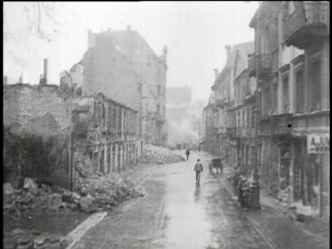 vídeos de stock e filmes b-roll de ds people walking amidst ruins on a street in warsaw after the german invasion / warsaw poland - 1939
