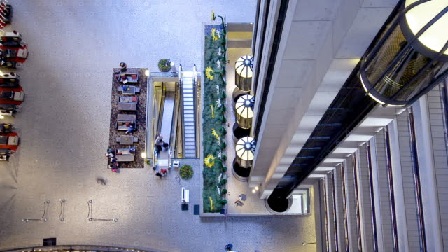 vidéos et rushes de wa t/l people walking and elevators moving in busy hotel lobby in san francisco / san francisco, california, usa - réception d'hôtel