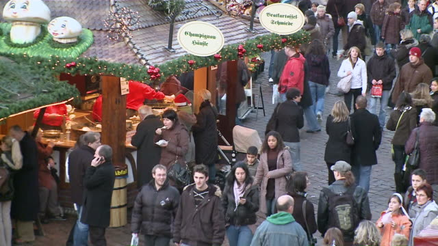 ms people walking and enjoy food in christmas market / trier, rhineland-palatinate, germany - weihnachtsmütze stock-videos und b-roll-filmmaterial