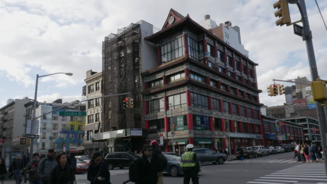 vidéos et rushes de people walking and police directing traffic in new york city chinatown - couvre chef