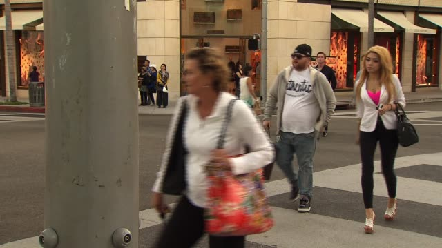 stockvideo's en b-roll-footage met people walking and shopping in beverly hills on october 10 2012 in beverly hills california - designerkleding