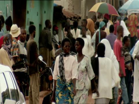 ms people walking and shopping on crowded street in nyamirambo / nyamirambo, kigali, rwanda - キガリ点の映像素材/bロール