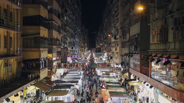 stockvideo's en b-roll-footage met people walking and shopping on the local night market in hong kong. - high angle shot - hong kong