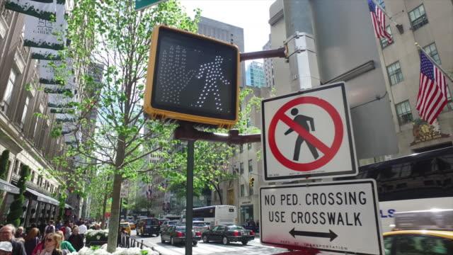 people walking and traffic light in new york manhattan - 禁止点の映像素材/bロール