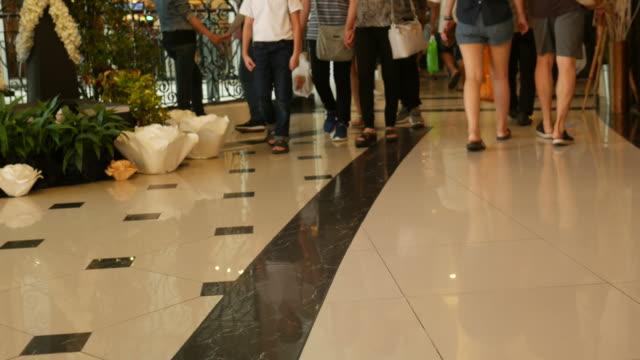 menschen sie zu fuß bereich shopping mall - verherrlichung stock-videos und b-roll-filmmaterial