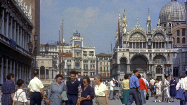 ms people walking around in square, venice, italy - venedig stock-videos und b-roll-filmmaterial