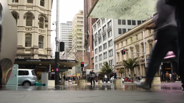 vidéos et rushes de people walking around main streets in auckland, new zealand. auckland moved to covid-19 alert level 2 as of midnight, with restrictions on gatherings... - nouvelle zélande