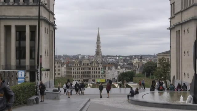 people walking around mont des arts in brussels belgium - music or celebrities or fashion or film industry or film premiere or youth culture or novelty item or vacations bildbanksvideor och videomaterial från bakom kulisserna