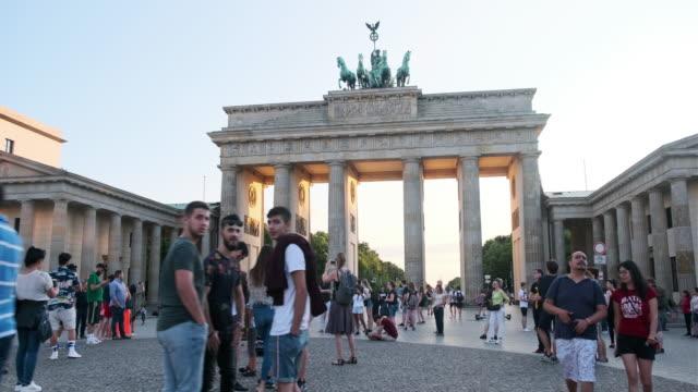 stockvideo's en b-roll-footage met mensen lopen rond de brandenburger tor, duitsland - brandenburgse poort