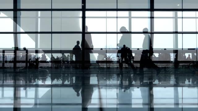 människor som gick på flygplats - lobby bildbanksvideor och videomaterial från bakom kulisserna