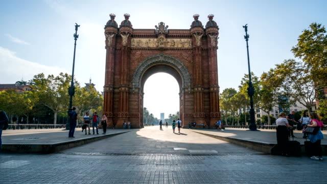 vídeos de stock e filmes b-roll de t/l people walking at arc de triomf, barcelona, spain - porto de barcelona