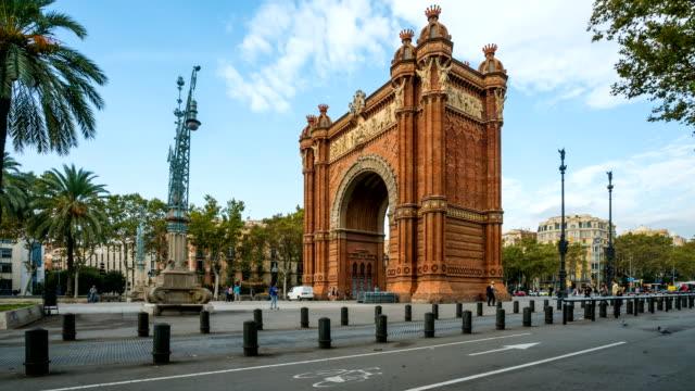 vídeos de stock, filmes e b-roll de t/l pessoas andando no arco do triunfo, barcelona, espanha - arco característica arquitetônica