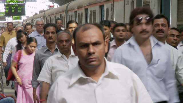 vídeos de stock, filmes e b-roll de ms people walking at church gate station / mumbai, maharashtra, india - 1 minuto ou mais