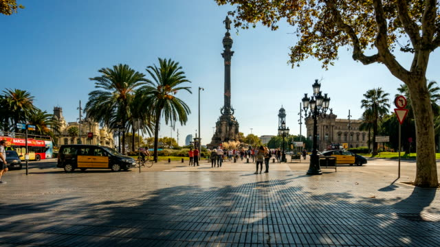 t/l people walking at columbus monument, barcelona, spain - cristoforo colombo video stock e b–roll