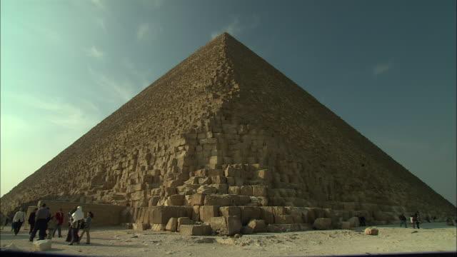 ms, people walking at giza pyramid, giza plateau / giza, egypt - altopiano video stock e b–roll