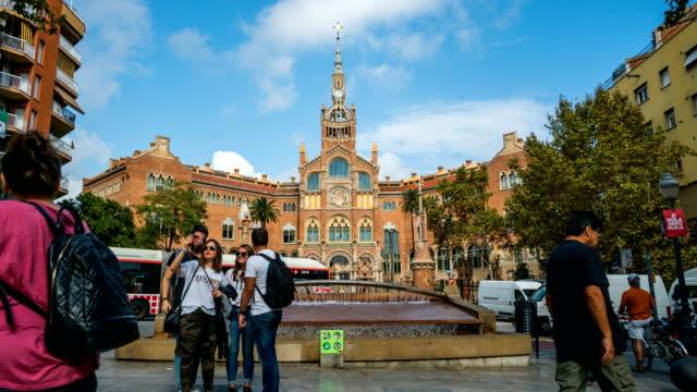 T/L personnes marchant à l'hôpital de Sant Pau, Barcelone, Espagne